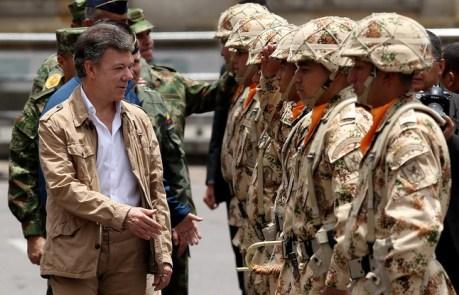 """BOG07. BOGOTÁ (COLOMBIA), 03/04/2013.- El presidente de Colombia, Juan Manuel Santos (i), saluda a soldados colombianos pertenecientes al relevo número 100 del Batallón Colombia en el Sinaí, durante una ceremonia militar hoy, miércoles 3 de abril de 2013, en Bogotá (Colombia). Durante el evento, Santos condenó el """"uso de la fuerza"""" por parte del Gobierno de Corea del Norte hacia su vecino del sur, llamó a la cordura en la península e invitó a que se respeten las resoluciones impuestas por las Naciones Unidas. EFE/MAURICIO DUEÑAS"""