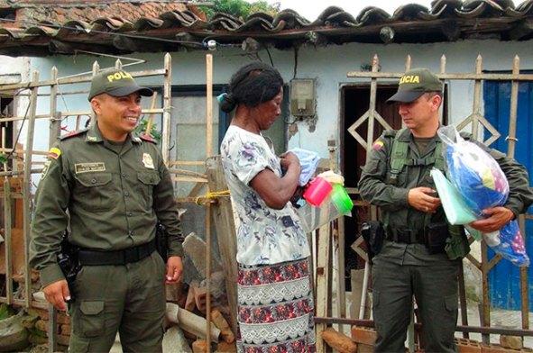policia-regalo-mujer-cauca-2