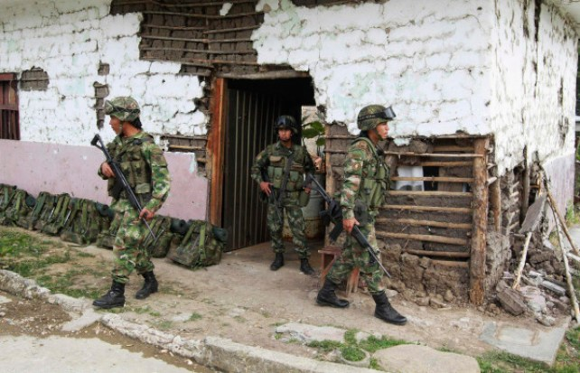 Colombian police officers keep guard in Toribio, in the province of Cauca July 11, 2012. Colombian helicopter gunships strafed suspected rebel hideouts and guerrillas set up roadblocks as President Juan Manuel Santos visited the nation's volatile south on Wednesday amid growing criticism that security has deteriorated. REUTERS/Jaime Saldarriaga (COLOMBIA - Tags: CONFLICT MILITARY SOCIETY DRUGS)
