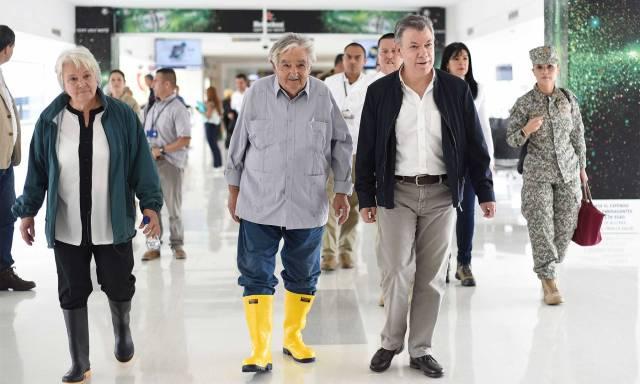El Presidente Santos y el expresidente de Uruguay, José Mujica, a su llegada a Cali, desde donde acompañaron la dejación de armas de las Farc cumplida en la zona veredal de La Elvira, en Buenos Aires, Cauca.
