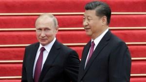 ¿Adiós al dólar? China y Rusia acuerdan aumentar el comercio y la inversión en monedas nacionales