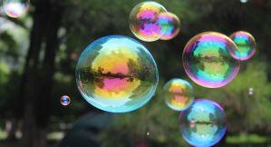 Un premio nobel de economía ve burbujas por todas partes: ¿se aproxima un colapso?