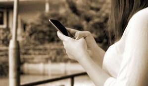 Una mujer envía mensaje de texto al móvil de su padre fallecido y 4 años después recibe una respuesta
