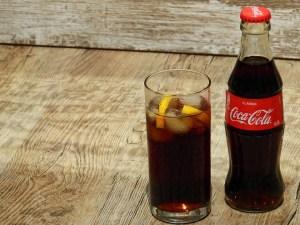 """Coca-Cola intentó """"cimentar su credibilidad en el ámbito de la salud"""" para vender sus refrescos a niños y madres"""