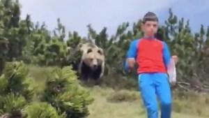 Un niño muestra qué hacer cuando un oso lo persigue en un valle de Italia