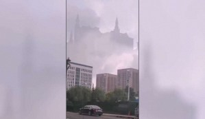 """Graban el increíble momento en que un enorme """"castillo flotante"""" aparece sobre una ciudad china"""
