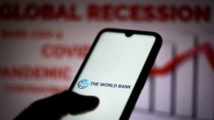 """El Banco Mundial advierte que pueden repetirse los 'defaults' """"desordenados"""" de la década de 1980"""