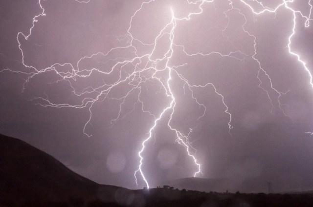 Físicos crean un invento que controlaría los rayos en el aire