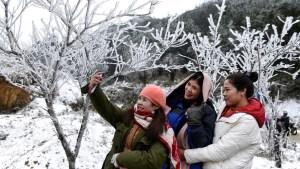 Raras e inusuales nevadas en Vietnam y Laos atraen la atención de propios y turistas