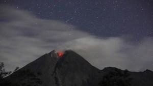 Captan el momento en el que un meteoro cae sobre el volcán más activo de Indonesia