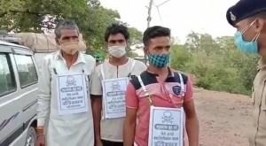 """""""No se acerquen a mí"""" Obligan a aldeanos de India no vacunados a colgarse carteles con calaveras"""