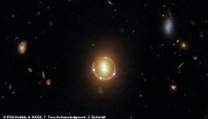 Detectan un objeto espacial que comprende seis puntos brillantes a 3.400 millones de años luz de la Tierra