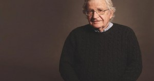 """Falsa disidencia: Globalista Noam Chomsky promueve encerrar a los escépticos de las """"vacunas"""" y privarlos de alimentos"""