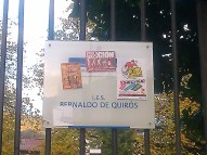 Pegatinas sobre la Huelga en la verja del IES Bernaldo de Quirós