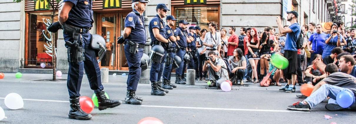 barrera policial 15m globos protesta pacifica