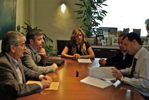 Ana Kringe, alcaldesa de Dénia, firma un contrato d emantenmiento de playas con representantes de la empresa Pavasal. . (C) Manuel López 2012