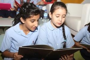 Niñas en el Festival del Libro de Charjah