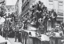 Lisboa, soldados con vecinos el 25 de abril de 1974