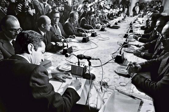 © Manuel López. Adolfo Suárez firma de los Acuerdos de los Pactos de la Moncloa. 25 de octubre de 1977.