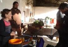 Activista de Coín en Transición vende verduras y esponjas de mar en un puesto del mercado de Málaga Común. Inés Benítez/IPS
