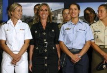 Carmen Chacón con mujeres militares españolas