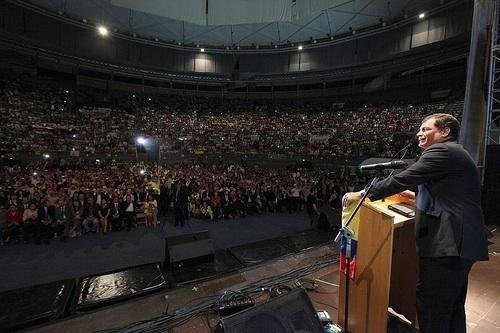 El Presidente Rafael Correa Delgado presentó su saludo a los ecuatorianos residentes en España. Cientos de ciudadanos acudieron al Palacio de Vista Alegre donde se realizó el programa. Foto: Presidencia de la República