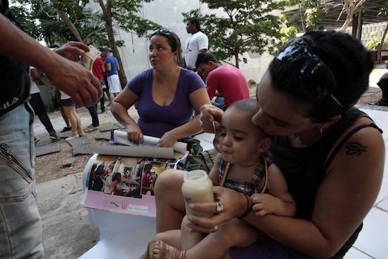 Jorge Luis Baños/IPS: El pequeño Leonardo comparte con sus madres, Yohana Llanes (d) y Támara Amaral, en una actividad en La Habana contra la homofobia.