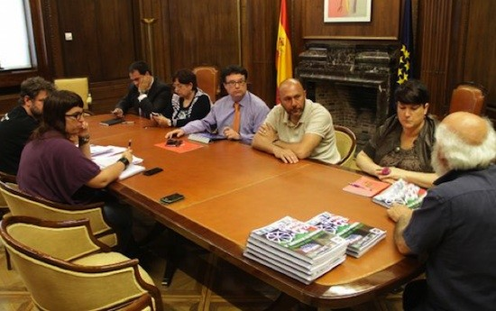 Arriba, de izquierda a derecha: Jon Iñarritu García, María Olaia Fernández Dávila, Joan Josep Nuet, Ricardo Sixto y Onintza Enbetia Maguregi; con David Heap (Arca de Gaza), Laura Arau y Manuel Espinar