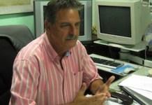 José Rubiera, el zar cubano de los huracanes, en su oficina del Centro de Pronósticos del Instituto de Meteorología de Cuba. Crédito: Patricia Grogg/IPS