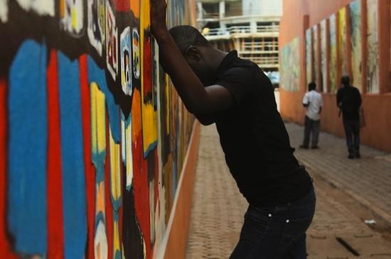 Un joven que ha sido golpeado con frecuencia en su barrio y desalojado de su casa, a causa de su orientación sexual en el centro de Yaoundé, Camerún © Amnistía Internacional