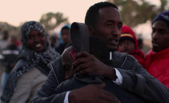 Omar, un refugiado somalí de 17 años, despide a su amigo, que se marcha a Noruega, donde ha sido aceptado para su reasentamiento © www.marcsilver.net