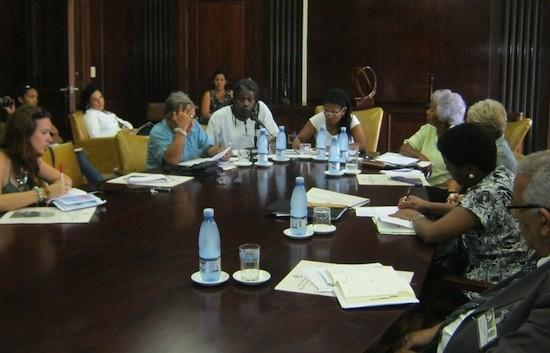 Roberto Zurbano, con camisa blanca, al lado de Gisela Morales, durante un encuentro de integrantes de Arac con periodistas. Crédito: Patricia Grogg /IPS