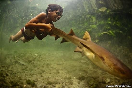 """Los mokenes del mar de Andamán, también conocidos como """"gitanos del mar"""", por ejemplo, han desarrollado una habilidad única para enfocar la vista bajo el agua y poder así sumergirse en busca de comida en el suelo marino. Su visión es un 50% más aguda que la de los europeos.©James Morgan/Survival"""