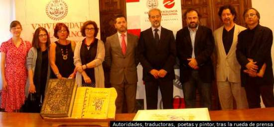 Autoridades de la Universidad de Salamanca (Usal), traductoras, poetas y pintor, en la presentación del libro 'Al salir de la cárcel'. David Arranz-ICAL
