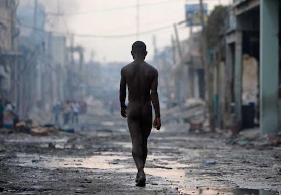 © Cristóbal Manuel / El País. Joven paseando desnudo por Puerto Príncipe. Premio Ortega y Gasset 2011
