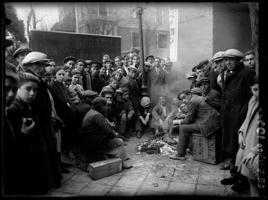 (C) Luis Ramón Marin. Gente calentándose mientras esperan la salida del Gordo de Navidad. Madrid 22 de diciembre de 1930