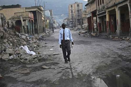 """© Ramón Espinosa / Associated Press. Del trabajo """"Los seis meses tras el terremoto de Haití"""". 14º Premio Internacional de Fotoperiodismo """"Ciudad de Gijón"""" 2010"""