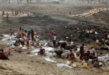 Refugiados cavan la tierra en busca de agua en el campamento de Jamam, en Sudán del Sur. Crédito: Jared Ferrie/IPS