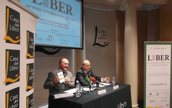 Javier Cortés, presidente de la Federación del Gremios de Editores de España (FGEE) y de la Federación de Cámaras del Libro (Fedecali) y Enrique Lacalle, presidente de Meeting y Salones (CZFB), durante la presentación de la 31ª edición de LIBER.