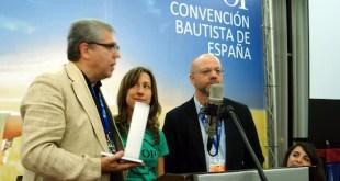 Mónica Cebollada (centro), recibe el premio en representación de la PAH de manos del presidente de Ábside, Andreu Dionis (izquierda) y el director de la Fundación, Daniel Banyuls