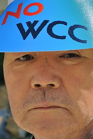 X Asamblea del Consejo Mundial de Iglesias en Busan, Corea. Manifestante contra el en contra el CMI