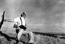 """(C) Robert Capa. """"Miliciano caído"""". Cerro Muriano, Córdoba, 5 de septiembre de 1936"""