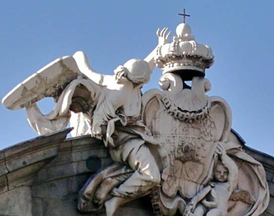 Puerta de Alcalá, Madrid, fachada este (detalle). Wikipedia