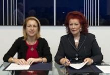 Firma del convenio IVAM-CEU. Rosa Visiedo Claverol (izq.), rectora de la Universidad CEU Cardenal Herrera; Consuelo Císcar, directora del IVAM