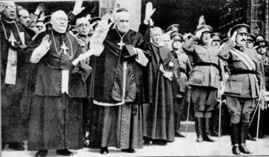 Franco rodeado de obispos fascistas