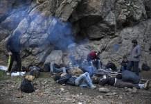 © Olivier Jobard, Myop / 2013. Entre Urumia, Irán y Van, Turquía. Los viajeros descansan después de una noche a pie por la parte iraní de las montañas kurdas © Olivier Jobard, Myop / 2013