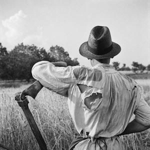 Afilando la guadaña. Hungría, 1935 © Nicolás Muller