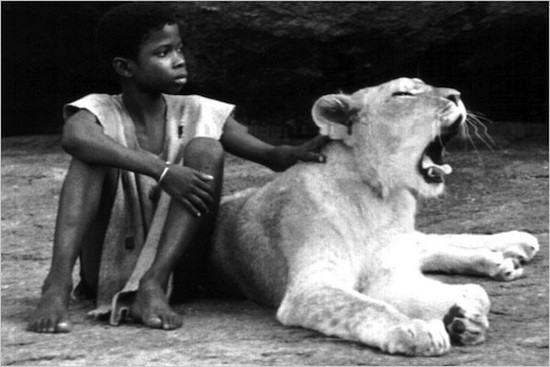 enfant-lion-escena