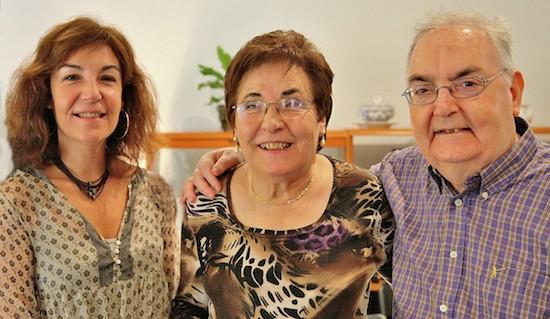 José Grau en su casa, junto a su hija Silvia y su esposa María Beltrán, de quien enviudó en diciembre de 2012. FOTO: M.Gala / Actiualidad Evangélica, noviembre