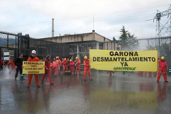 Voluntarios de Greenpeace piden el desmantelamiento de Garoña (c) Greenpeace / Mario Gómez